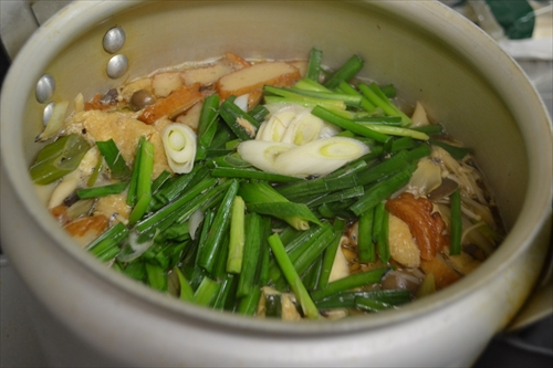 玉ねぎと長ネギがしんなりし始めたらニラを投入して少し煮る