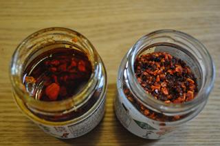 左が桃屋のラー油、右がS&Bのラー。