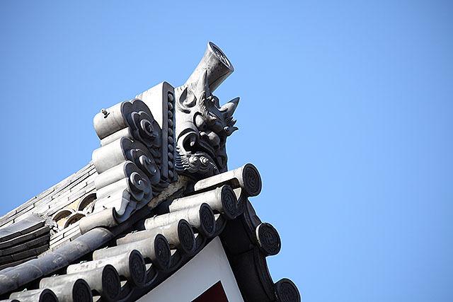 浅草寺で撮った気がする。立派な鬼瓦である。頭の上に筒が出ているのが良い。