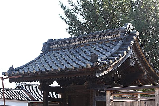 小さなお寺の門である。鬼瓦には「水」の文字。