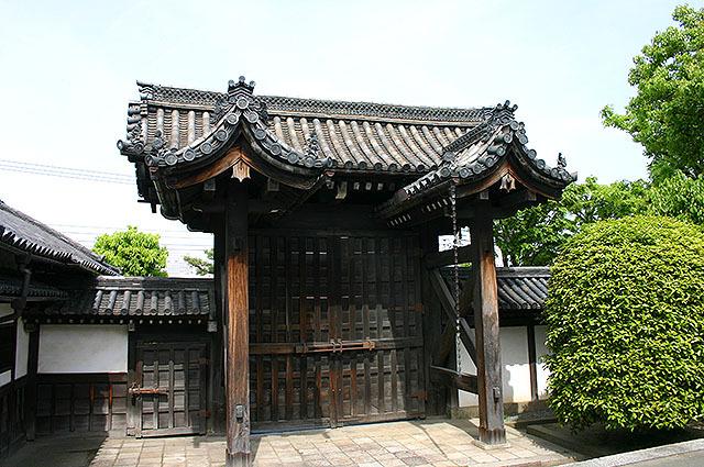多分、京都のお寺で撮った写真。日本の仏教は極楽を地上に再現したがるが(だから葬式の祭壇も極楽っぽく飾り付ける)、その思想が瓦にも表れている。