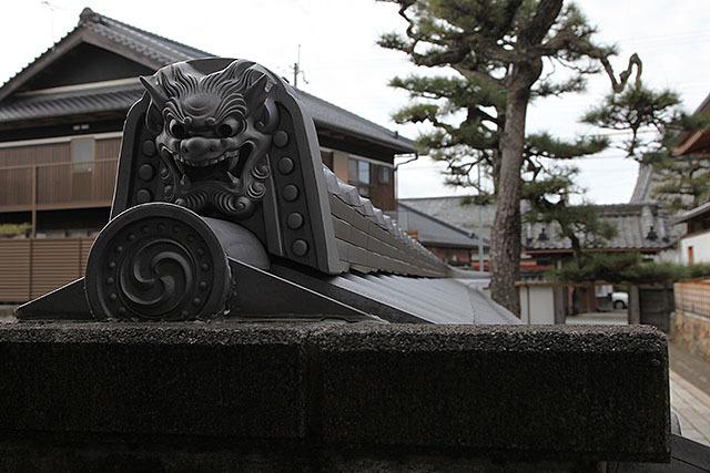 足元が無く、顔の周りは奈良時代風なのに顔は室町風の立派な鬼というハイブリッド鬼瓦。こういうのもあるのか。