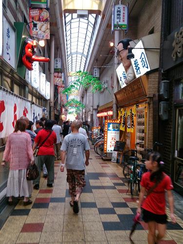 せまい通りに串カツ屋と安い寿司屋がひしめき合っている