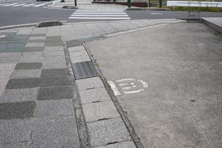 ところでこの辺には「ストップマーク」というのがある。歩行者用「とびだし注意!」マークなのだが、これが町中いたるところにある