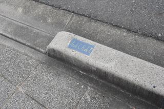 縁石にも「右みて左みて」と書いてあったが、この通りは全縁石にこれがあった