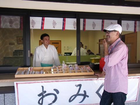 その時ちょうど再会した八の字眉の猫の飼い主の前田さん(右)。2人して「やっぱりあそこでしょう」と即決。自信満々だ