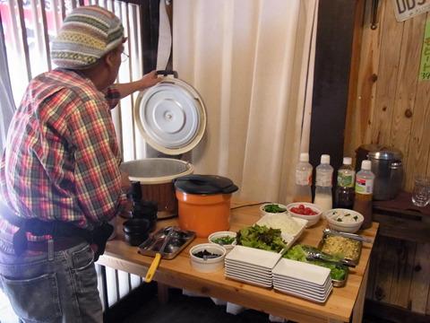 しかもご飯、味噌汁、サラダ、飲み物はセルフで食べ放題
