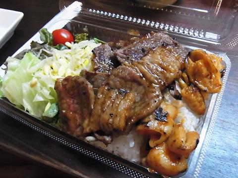 食べ切れなかった分はお弁当にして持って帰れる。これもセルフなのでご飯やサラダは好きなだけ詰め込める