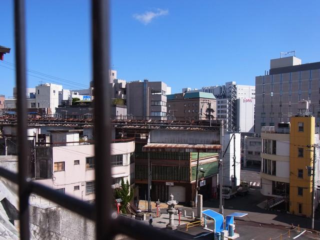 商店街の屋根が見えるのも面白い。その上を電車が走りそうな見た目