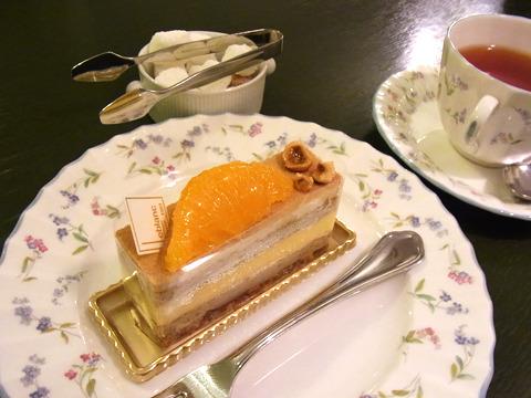 シェフお薦めのオランジェ・プラリネというケーキを頼んだ