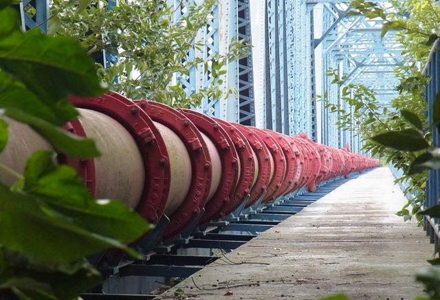 相模川を越える水道管の橋が続いているのだった!壮観。赤のカラーリングもかっこいい。