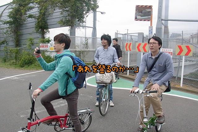 背後に見えるのは東名高速道路。そしてみんなの苦笑いの先に見えるのは…