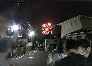 ゴールから、さらに三土さんの自転車を返しにレンタサイクル屋さんに向かう途中、地図を見ていたら、むこうに花火が!青春っぽい!(今年41です)
