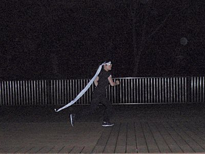 長く垂らした布が地面に付かないように走って脚力を強化する。
