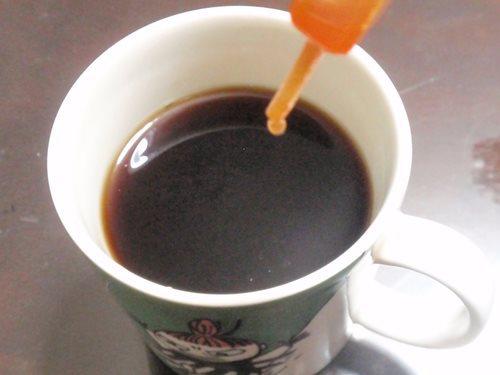 毎朝飲んでいるコーヒーに、毒を混入します。