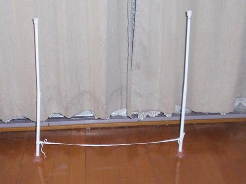 2本の棒にゴムを括り付け、床に立たせたら出来上がりです。