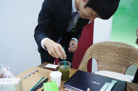何やら緑色の液体を作り始める椋木さん
