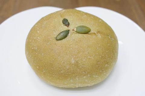 緑汁をパン生地に練り込んだ「Green十勝あんぱん」