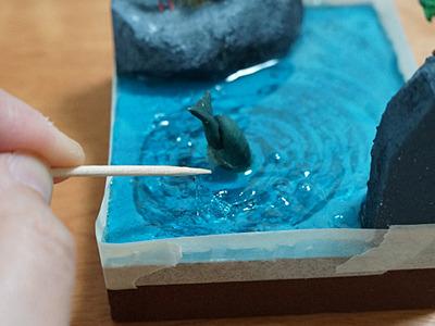 先ほどの水用素材を流し、固まりかけのときにつついて波立たせる。
