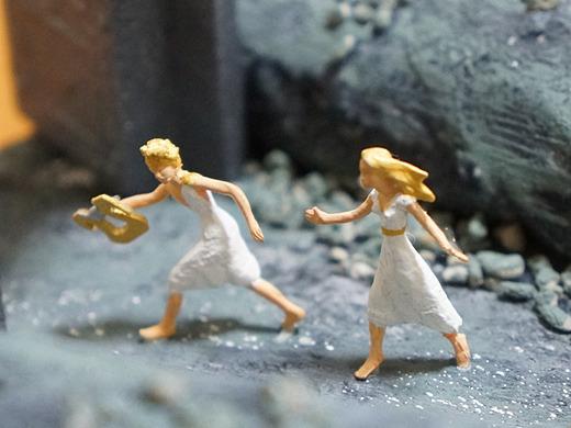 地上まであとわずかとなりしに、嬉しさのあまり妻へ振り向きたるその瞬間、永遠に妻 戻らじ。いと凄まじ。