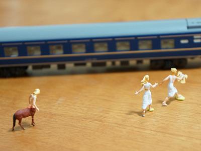 鉄道模型とともに。「メーテル、乗り遅れるよ!」を後ろからうらやましげに見送るその星の住人、ってところか。