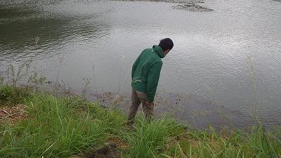 水面を見つめながらひたすら歩く