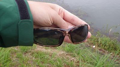 水面の乱反射をカットする偏光サングラスを試してみるも、視界が暗くなりすぎて役に立たず。