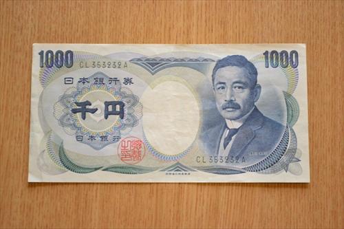 夏目漱石の千円札を何度もトレース