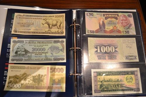 外国の紙幣と架空紙幣、並べるとどっちがほんものなのか区別がつかない(右側のお札が外国の紙幣)
