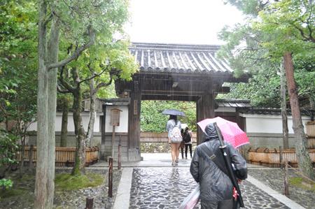 同じペースで歩いていた人が、刀を背負っていて、私と同じく銀閣寺へ何かを果たしに来ている人の様であった。