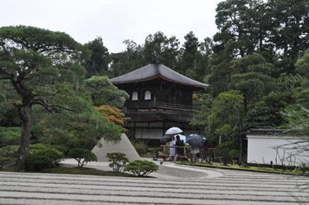 銀沙灘と向月台を臨む銀閣寺。