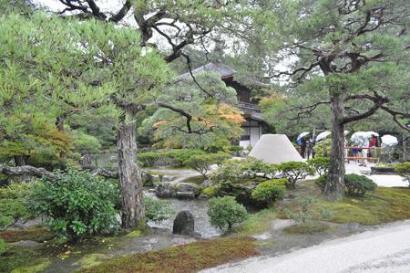 景色としてある銀閣寺。