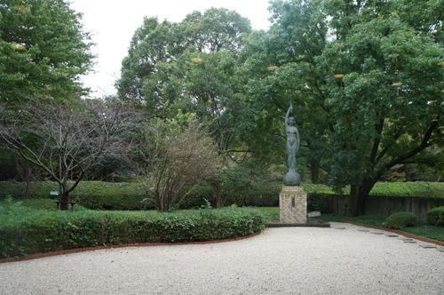 美しい裏庭の女神像も埼玉を盛り上げる