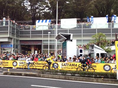 「埼玉でツール・ド・フランスをやる」と聞いて、え? フランスじゃないのに?! と分からないでいたが本当に開催された! (イベント名は「さいたまクリテリウムbyツールドフランス」)(写真は自転車ファンの家族が嬉しさにむせび泣きながら撮って帰ってきたものです)