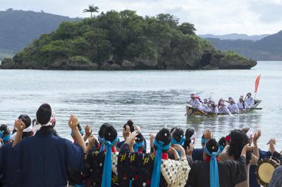 女性たちは浜で声援を送りながら嘉利を招きます