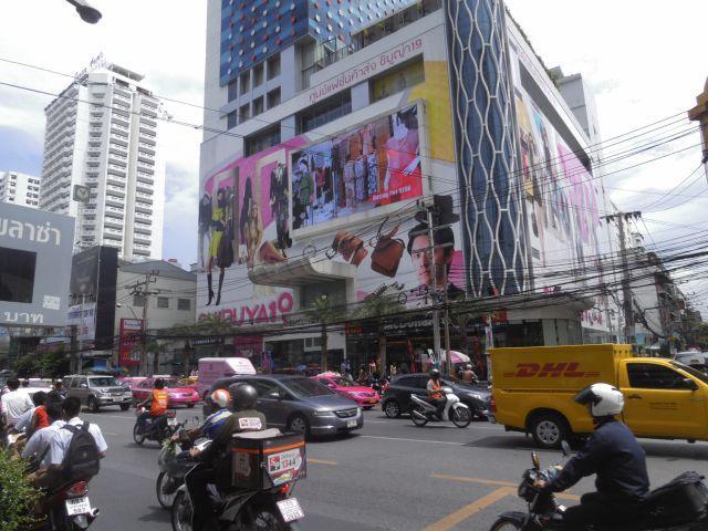 タイのバンコクの中心にあるペッチャプリー沿いに