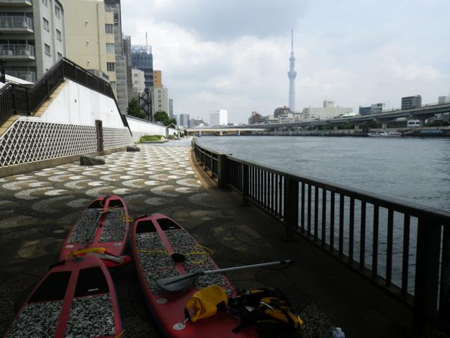 隅田川のリバーサイドテラスで膨らませて準備する。