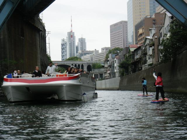 乗客の皆さんは、だいたいこの木っ端舟スタイルに驚いて大喜びしてくださる。