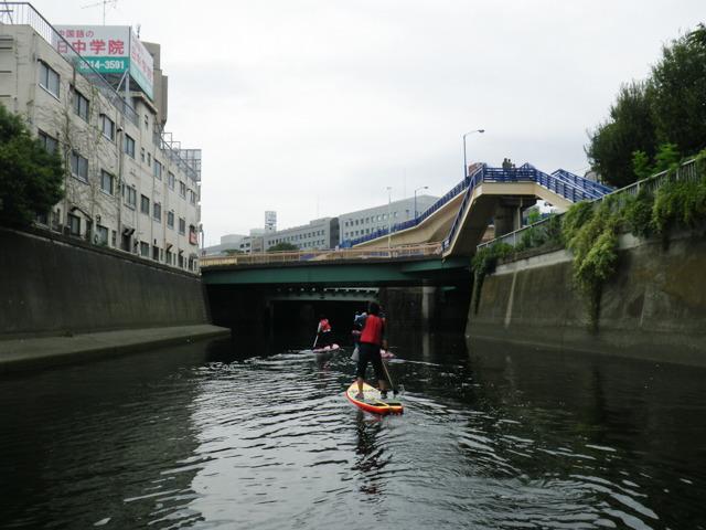 首都高下をちらっと離れると、見えるのは、飯田橋駅前の歩道橋だ。