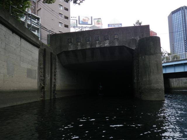 地図A地点に、水道橋分水路入り口。ここは短くて出口も見えるので入っていっても安心。