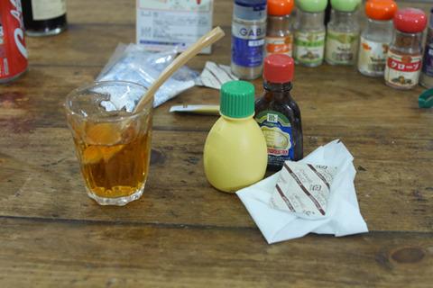 バニラエッセンス(香料)、レモン(酸味料)、カラメルソース(色素)、砂糖でやってみた。う~ん、なんかわるくないんだけど