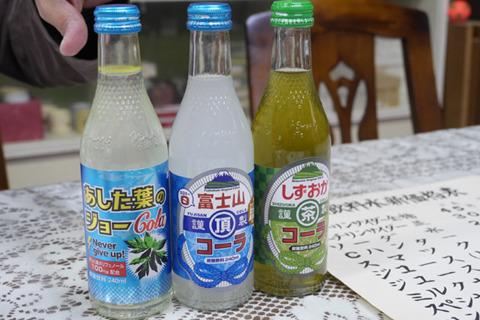 しずおかコーラはお茶のコーラ。けっこうおいしい。外国でもよく売れているらしい。これが前年度一番のヒットだったが、富士山サイダーがブームにのって売上3倍になり抜いたらしい。山ガールすごいぞ。