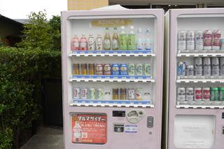 木村飲料の前の自販機。この端にはダイドー社のものも置いてある。それは「うちが一番最初にダイドーとやりあったから」だそうだ。ドラマまだまだありそう