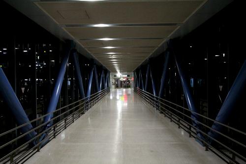 ターミナルビルから連絡通路を渡って、駐車場の建物へ