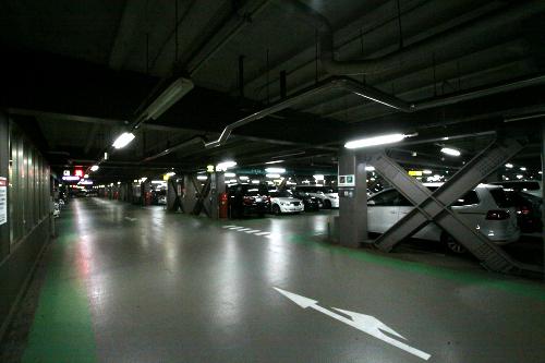 一棟につき7フロア(2300台以上収容可能)と、広大な駐車場である