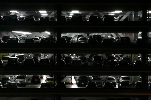 輝くライトに浮かぶ、何台もの車のシルエット