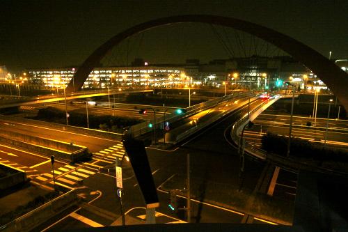 首都高を挟んだその対岸には、第一、第二駐車場が見える