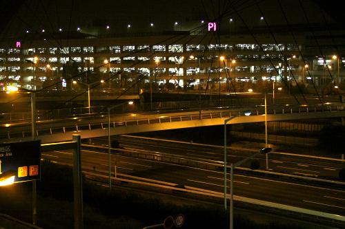高速道路のライティングも素敵だが、それ以上に煌めく駐車場