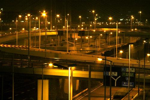 入り組む道路も魅力的だが、個人的には等間隔で直立する電柱が好きだ