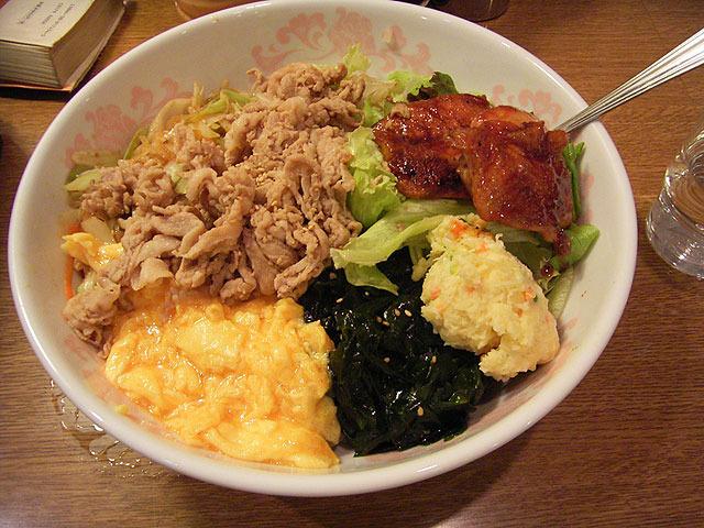 RANRAN(つくば)の肉野菜丼。上に乗ってる具は好みに応じてアレンジできる。